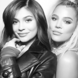 H Khloe Kardashian και Kylie Jenner μας δείχνουν τις φουσκωμένες τους κοιλίτσες πριν τον τοκετό