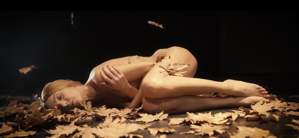 """Τάμτα: Ολόγυμνη στο νέο της video clip για το τραγούδι """"Πες μου αν τολμάς""""!"""