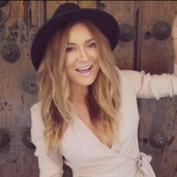"""Η Αποστολία Ζώη παρουσίασε το νέο της τραγούδι - video clip """"Φεύγω"""""""
