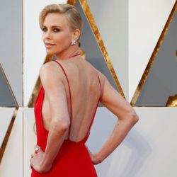 Charlize Theron: Χρειάστηκαν 1.200 ώρες για να δημιουργηθεί το χρυσό Dior φόρεμά της