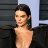 Η Kendall Jenner βγήκε στο μπαλκόνι μόνο με τα εσώρουχά