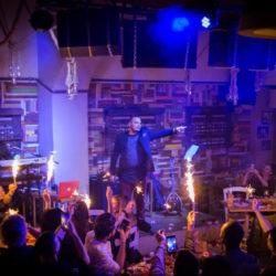 Το αδιαχώρητο κόσμου και επωνύμων στο live του Άκη Δείξιμου στο Μικρολίμανο
