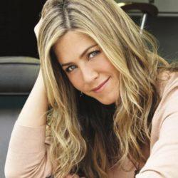 Δείτε την Jennifer Aniston να ποζάρει με κάλτσα και σαγιονάρα