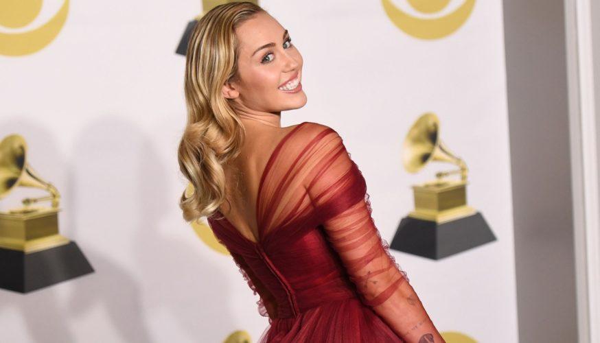 H Miley Cyrus εύχεται «Καλό Πάσχα» με μία διαφορετική φωτογράφιση