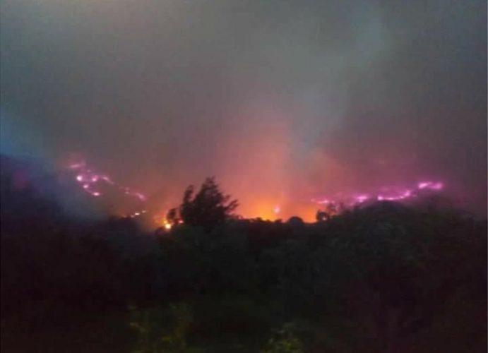 Μεγάλη φωτιά στην Ηλεία: Καίγεται το χωριό Σκιλλουντία