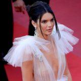 Ημίγυμνη και χωρίς σουτιέν πήγε στις Κάννες η Kendall Jenner