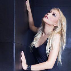 Η Λένα Παπαδοπούλου τραγουδάει unplugged την νέα της επιτυχία και εντυπωσιάζει