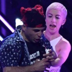 Δείτε ποιος είναι ο άνδρας που όρμησε στη σκηνή της Eurovision και πηρε το μικρόφωνο από την εκπρόσωπο της Βρετανίας