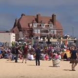 Συνωστισμός σε παραλία της Βρετανίας: Δεν φαντάζεστε γιατί συγκεντρώθηκαν 6.000 άτομα