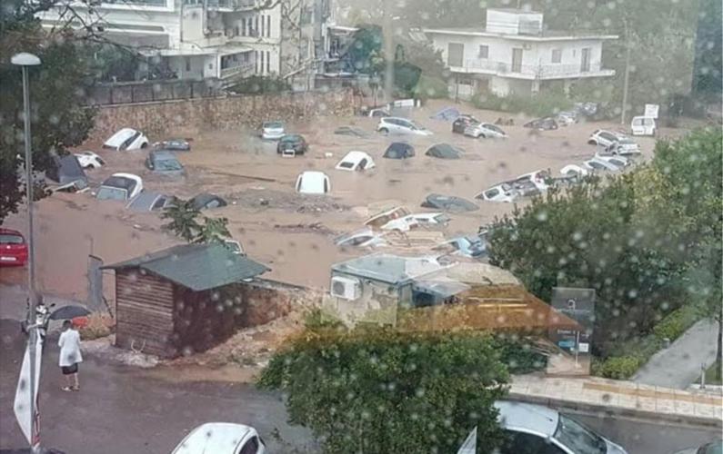 """Πλημμύρες στην Αττική: """"Βυθίστηκαν"""" αυτοκίνητα στο Μαρούσι - Επιχειρήσεις απεγκλωβισμού"""