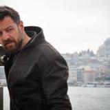 Ο Μάνος Παπαγιάννης ντύθηκε Κρητικός και απευθύνθηκε στους πολίτες
