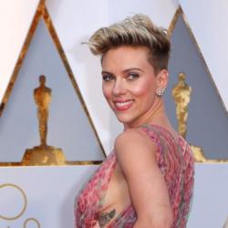 Η Scarlett Johansson εμφανίστηκε στα βραβεία BAFTA με ροζ τουαλέτα και κοσμήματα του Έλληνα σχεδιαστή