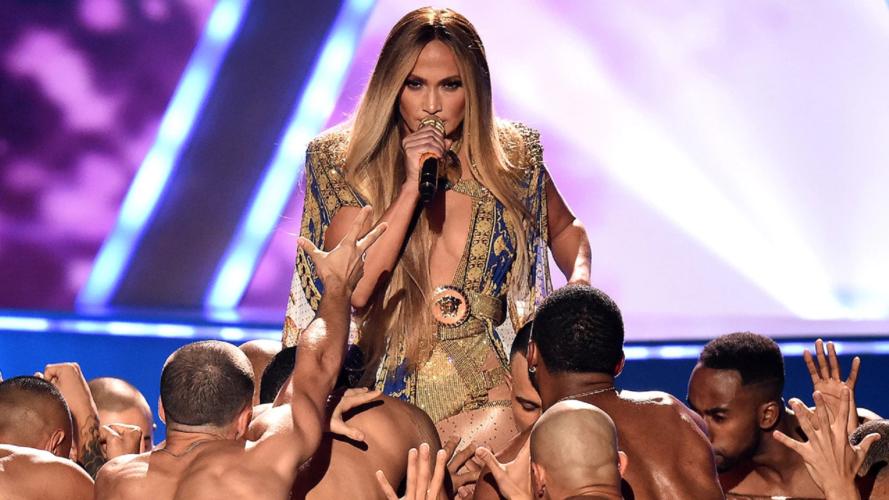 """Δείτε την σέξι και εντυπωσιακή εμφάνιση της Jennifer Lopez που """"τράνταξε"""" τα ΜTV VMAs 2018"""