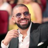 Ο Drake ποζάρει ημίγυμνος και ανεβάζει την θερμοκρασία