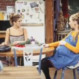 Friends: Η Lisa Kudrow αποκαλύπτει το τρυφερό «τελετουργικό» των πρωταγωνιστών της σειράς κατά τη διάρκεια της εγκυμοσύνης της