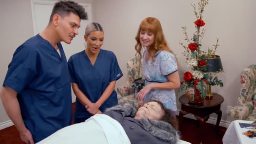 Η Kim Kardashian μαθαίνει πώς να μακιγιάρει μια νεκρή γυναίκα