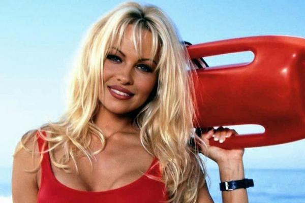 Στην Ελλάδα ερχεται η Pamela Anderson για χάρη του… Νίκου Κοκλώνη!