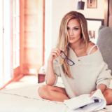 Η Jennifer Lopez εύχεται «χρόνια πολλά» με ένα εκτυφλωτικό κόκκινο φόρεμα
