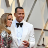 H Jennifer Lopez ανακοίνωσε τον αρραβώνα της και μας έδειξε το μονόπετρο της!