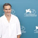 Ο Joaquin Phoenix παρακινεί τους ανθρώπους να γίνουν βίγκαν