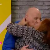 Η Βίκυ Σταυροπούλου εισέβαλε στο πλατό του «Καλό Μεσημεράκι» και φίλησε στο στόμα τον Νίκο Μουτσινά