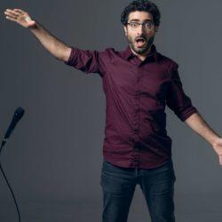 Ο Λάμπρος Φισφής επιστρέφει με το «Να το Φως» στο Premise Comedy Club