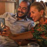 Δείτε την τρυφερή φωτογραφία με την Μαρία Ηλιάκη να ποζάρει στην αγκαλιά του συντρόφου της, Στέλιου Μανουσάκη