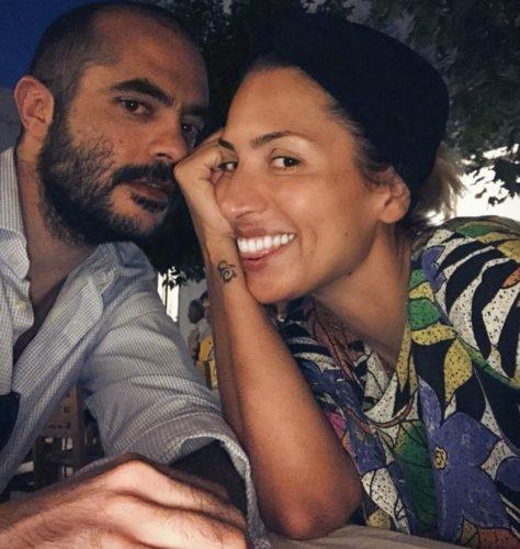Η Μαρία Ηλιάκη λάμπει από ευτυχία στο πλευρό του συντρόφου της, Στέλιου Μανουσάκη