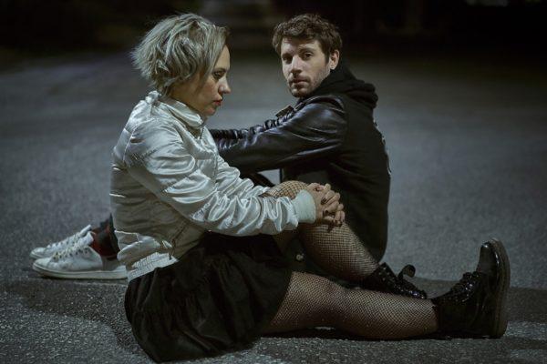 Η Σαμάνθα και ο Μαξ στο βυθό της ασφάλτου του  Άκη Δήμου στον Πολυχώρο Vault