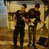 Αστυνομικός τραγούδησε στο πλάι μουσικού του δρόμου
