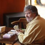 Ο Βασίλης Χαλακατεβάκης μιλάει για τη μάχη του με τον καρκίνο και την επιστροφή του Καφέ της Χαράς