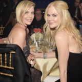 H Charlize Theron συγκινημένη παρέλαβε βραβείο από την Nicole Kidman