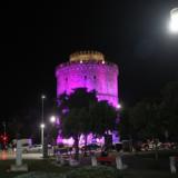 Ο Λευκός Πύργος φωταγωγήθηκε μωβ για τα μωρά που γεννιούνται πρόωρα