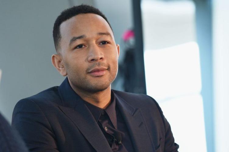 John Legend: Ο πιο σέξι άνδρας της χρονιάς έγινε ξωτικό του Άγιου Βασίλη και έγινε αμέσως viral
