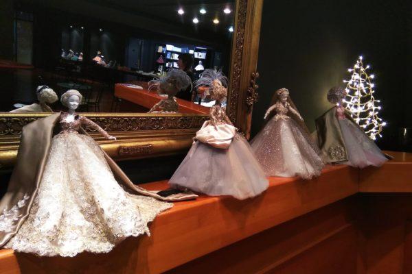 Μικρές Κυρίες – Έκθεση Κούκλας του Νίκου Καρδωνη στο θέατρο Άλμα