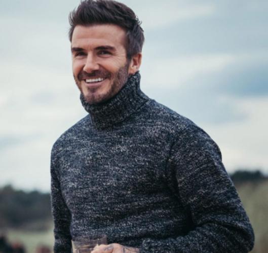 Ο David Beckham ποζάρει στην πισίνα με κατεβασμένο το μαγιό
