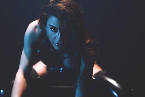 Ειρήνη Παπαδοπούλου – «Κοίτα Μην Αγγίζεις» | Με sexy διάθεση στο νέο της βίντεο κλιπ