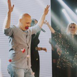 O Νίκος Μουτσινάς πήγε στη Λένα Ζευγαρά και… αμάρτησε πάνω στη σκηνή