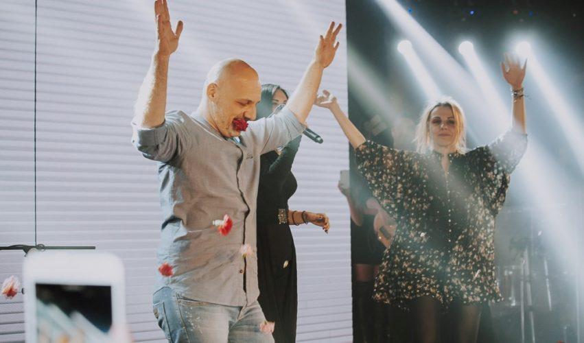 Το ξέφρενο γλέντι του Νίκου Μουτσινά στη Λένα Ζευγαρά- «Αμάρτησαν» μαζί on stage