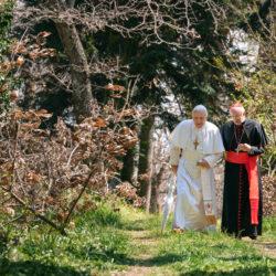 «Οι Δύο Πάπες» (The Two Popes) με τον Anthony Hopkins και τον Jonathan Pryce
