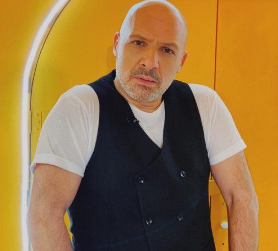 """Άφωνος ο Νίκος Μουτσινάς με τραγουδιστή που """"εισέβαλε"""" μεταμφιεσμένος στην εκπομπή """"Καλό Μεσημεράκι"""""""