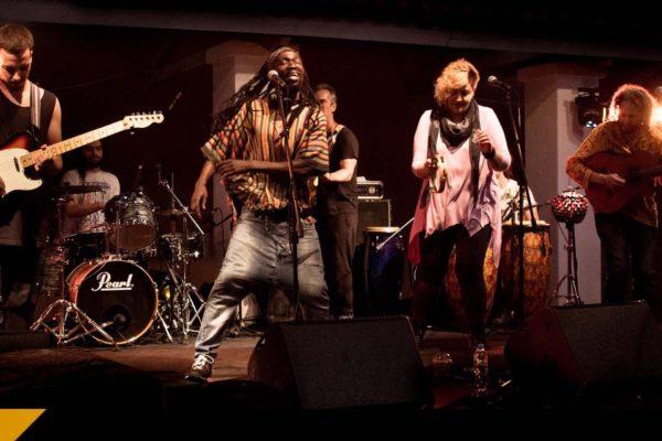 Οι Los Dos o Más παρουσιάζουν το πρώτο τους άλμπουμ στο Σταυρό του Νότου