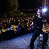 Nίκος Βεζυράκης: Ποιος είναι ο λυράρης που έχει κάνει Κρήτη-Αθήνα-Κύπρο να χορεύουν στους ρυθμούς της λύρας του