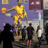 Καλλιτέχνες δρόμου απαθανατίζουν τον Κόμπι Μπράιαντ
