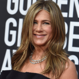Jennifer Aniston: Η εντυπωσιακή της εμφάνιση στο κόκκινο χαλί των Χρυσών Σφαιρών