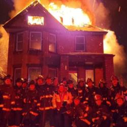 Πυροσβέστες έβγαζαν σέλφι για την Πρωτοχρονιά μπροστά σε φλεγόμενο σπίτι και την ανάρτησαν κιόλας