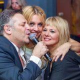 Δασκουλίδης-Σαμπρίνα-Καρουσάκη και γνωστός επιχειρηματίας μοιράζουν ασύλληπτα δώρα στους πελάτες