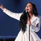 Η Demi Lovato με δάκρυα στα μάτια ερμήνευσε στα Grammy το τραγούδι που έγραψε όταν έπαιρνε ναρκωτικά