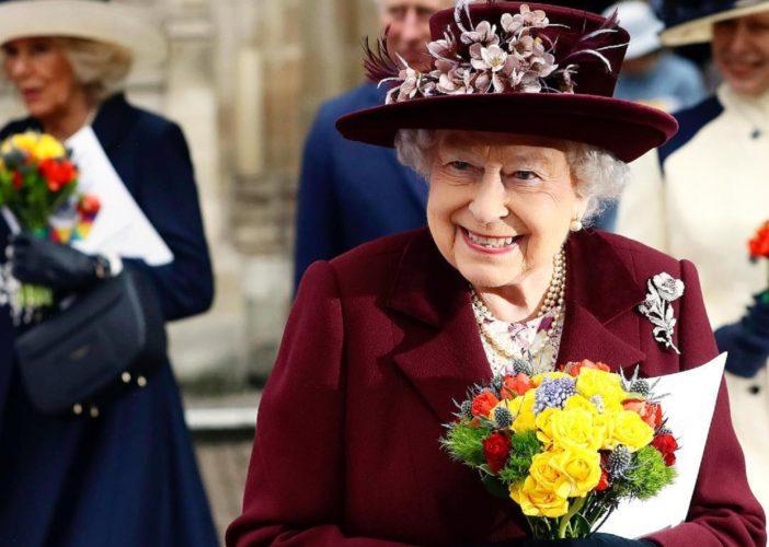 """5 φορές που η Βασίλισσα Ελισάβετ """"έσπασε"""" το πρωτόκολλο"""