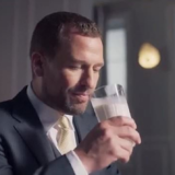 Peter Phillips: Ο εγγονός της βασίλισσας Ελισάβετ διαφημίζει γάλα στην Κίνα και προκαλεί αντιδράσεις